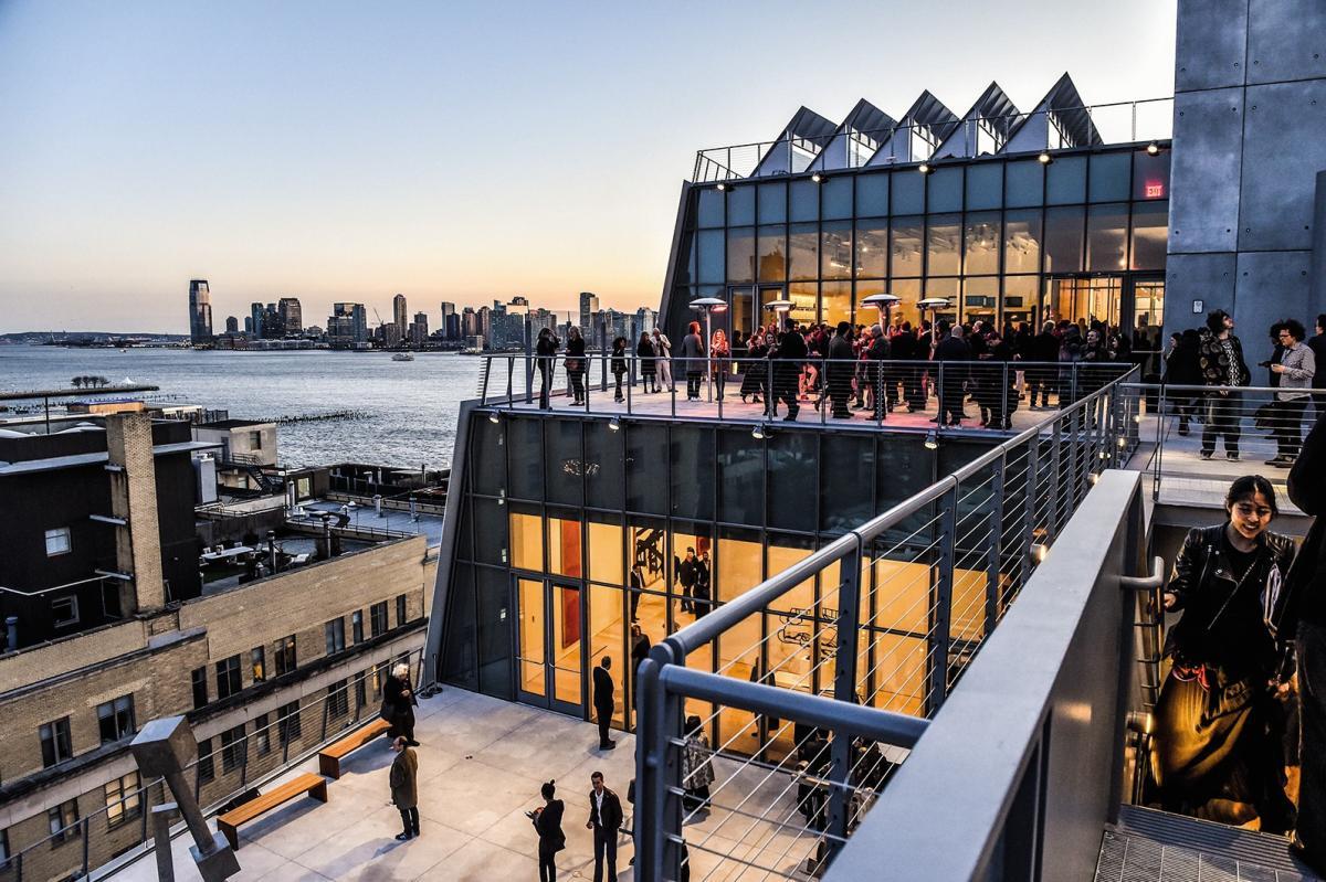 En 2015, l'Italien Max Mara s'exposaitau Whitney Museum à New Yorket finançaitun dîner organisé dans l'enceinte du musée.