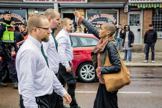 Prise le 1er mai 2016, cette photo de la Suédoise Tess Asplund brandissant le poing face aux leaders d'un mouvement raciste a fait le tour du monde.