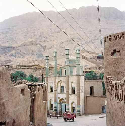 Au village de Tuyuk, dans la région de Turpan, la mosquée se dresse, unique point coloré parmi les maisons traditionnelles ouïgoures en terre. Un habitat menacé de destructionpar les autorités.