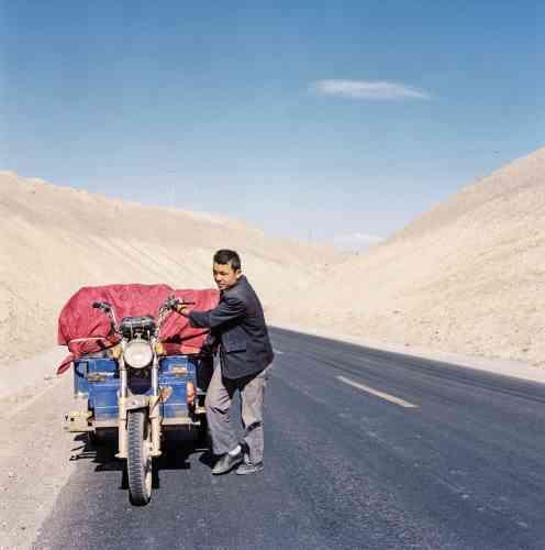 Malgré les investissements massifs de Pékin pour exploiter les ressources naturelles de la région, les Ouïgours sont souvent cantonnés aux petits boulots. Ici, un marchand ouïgour transporte comme il peut ses produits à Kashgar.