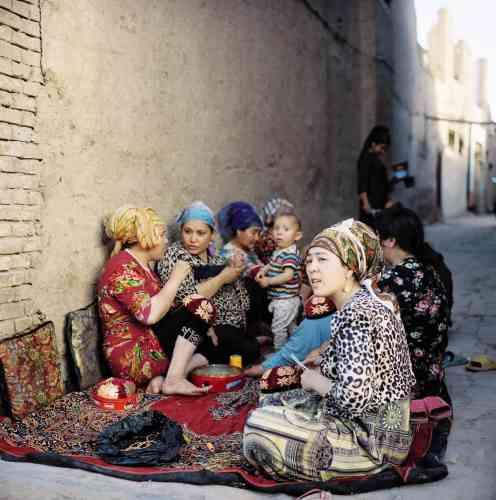 Dans la vieille ville de Kashgar, des femmes ouïgoures confectionnent des coiffes traditionnelles.