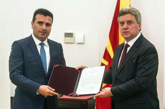 Le président macédonien, Gjorge Ivanov, remet le mandat au chef de l'opposition sociale-démocrate,Zoran Zaev, pour former un nouveau gouvernement, à Skopje, le 17 mai 2017.