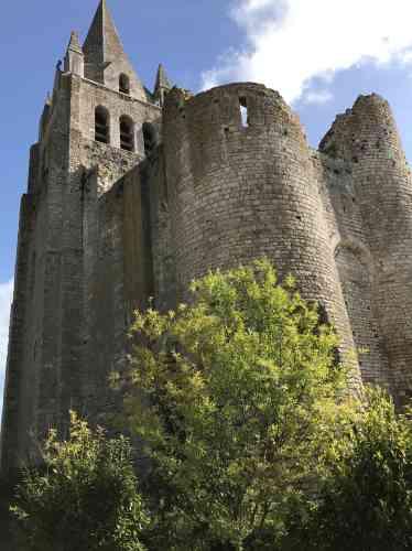 Saint-Brisson,monument médiéval du XIIe siècle, domine le val de Loire.