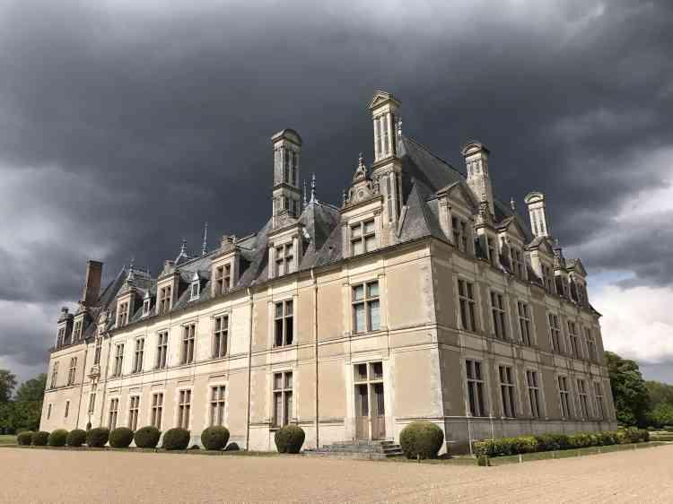 Le château de Beauregard est souvent décrit comme le« plus grand des petits châteaux ou le plus petit des grands châteaux».