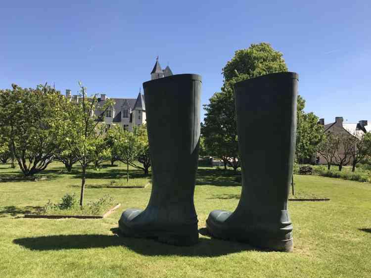 Dans les allées du parc du château du Rivau, les bottes géantes de Lilian Bourgeat.
