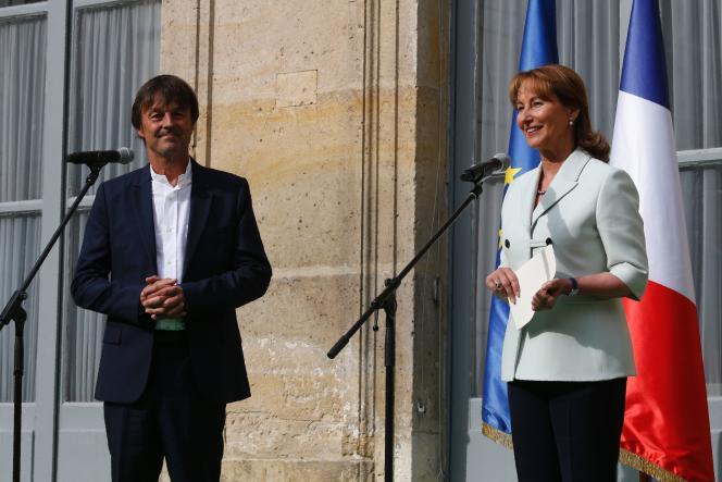 Passation des pouvoirs entre Nicolas Hulot et Ségolène Royal, au ministère de l'environnement, le 17 mai.