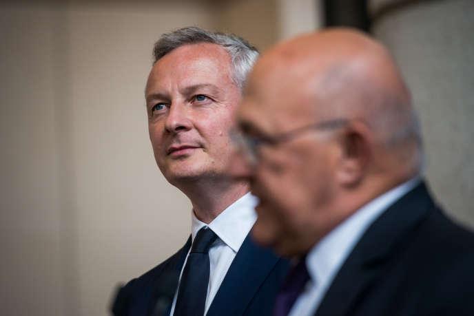 Bruno Le Maire et Michel Sapin lors de la passation de pouvoirs au ministère de l'Economie et des Finances à Paris le 17 mai.