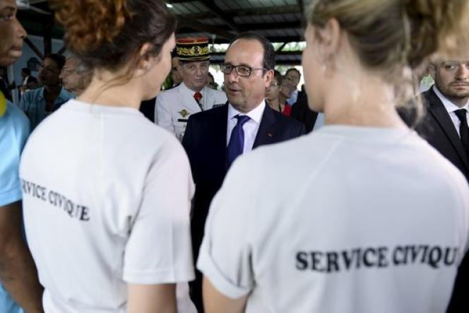 François Hollande en déplacement à Pointe-à-Pitre avec des volontaires du service civique.
