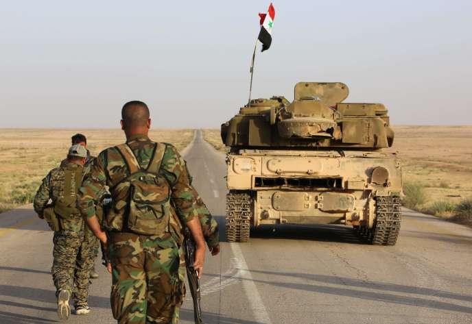 Des forces du régime syrien sécurisent une route dans la région désertique de Saba'a Biyar (frontière irako-syrienne), le 10 mai