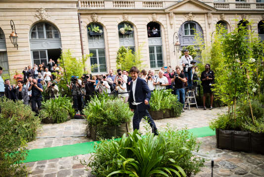 Nicolas Hulot, lors de la passation des pouvoirs avec Ségolène Royal, le 17mai à Paris.
