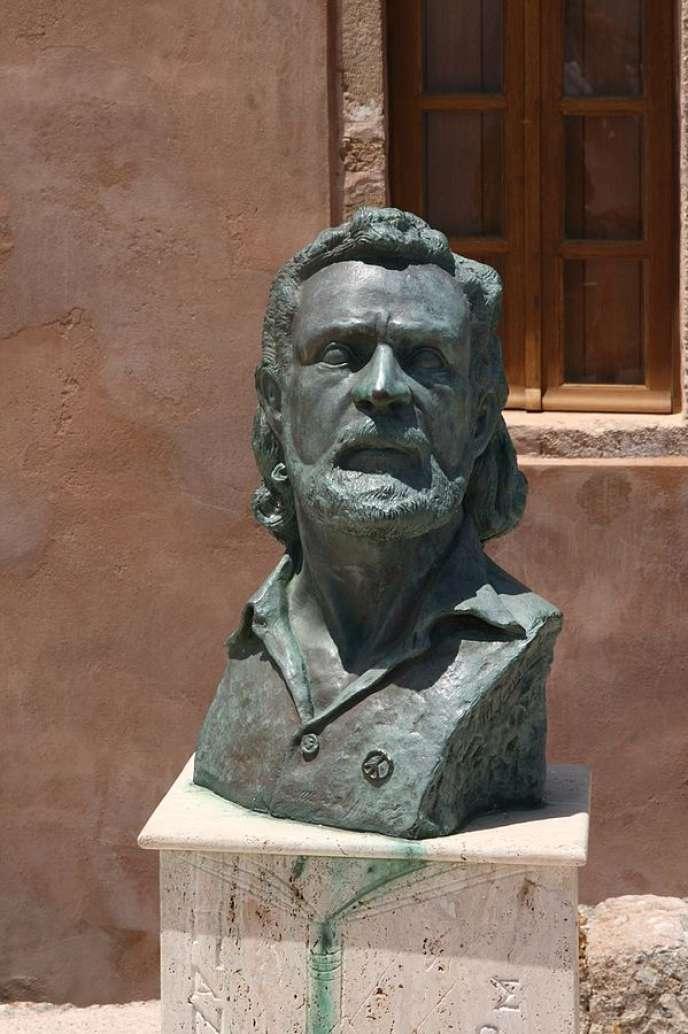 Buste de Yannis Ritsos à Monemvasia, son lieu de naissance.