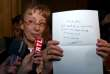L'aovcate de Francis Heaulme, Liliane Glock, montre la lettre de son client lui demander de faire appel de sa condamnation.