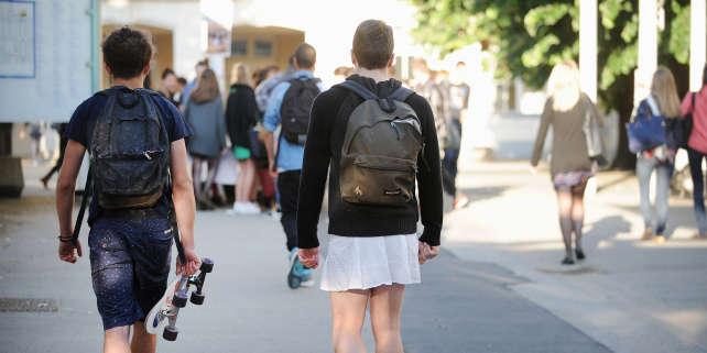 Un élève en jupe devant le lycée Clemenceau de Nantes, lors de l'opération« Ce que soulève la jupe», le 16 mai 2014.