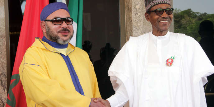Le roi du Maroc Mohammed VI et le président nigérian Muhammadu Buhari à Abuja, en décembre 2016.