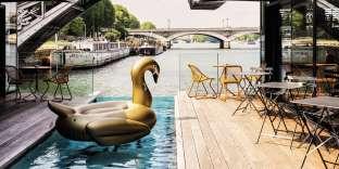 L'hôtel OFF Paris Seineconstruit sur le modèle d'un catamaran, propose à ses clients de passer la nuit sur le fleuve.