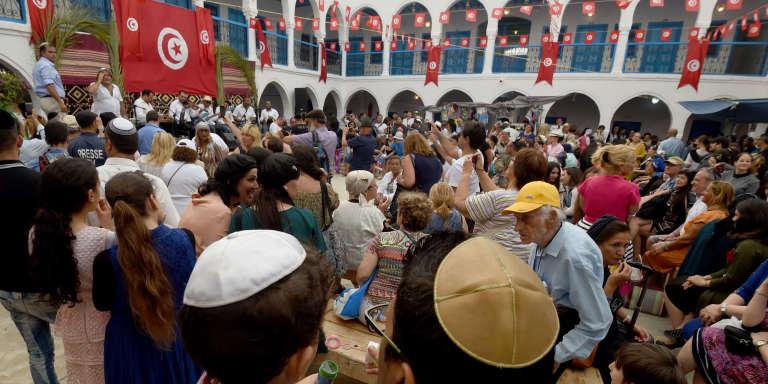 Pèlerins à la synagogue de la Ghriba, sur l'île de Djerba, en Tunisie, le 12 mai 2017.