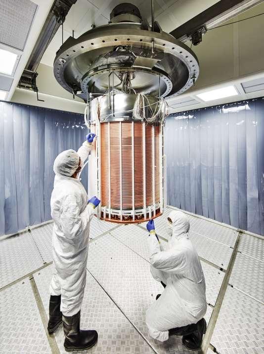 Des chercheurs lors de l'assemblage du détecteur de Xenon 1 tonne.