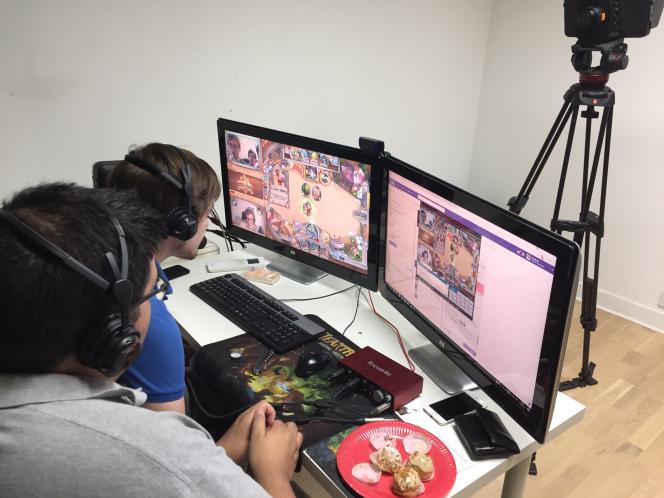 Pour financer le club, les joueurs ont une activité d'animation sur la WebTV, où ils commentent des parties de jeux vidéo en direct.