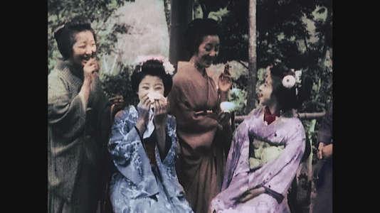 Geisha buvant du thé et fumant. Style de vie traditionnel avant le plongeon dans la modernité au début du 20e siècle.