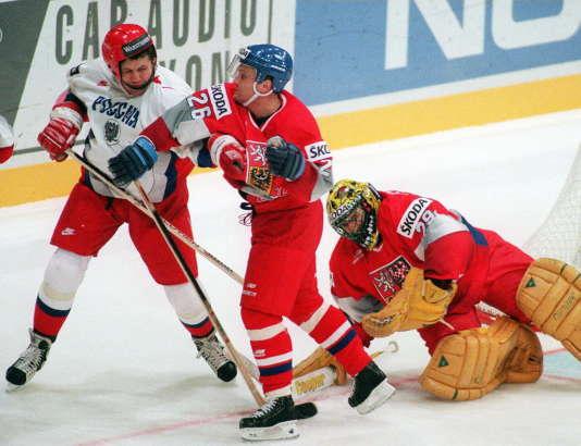 Le Russe Vjacheslav Butsaev et le Tchèque Robert Reichel se font des gentillesses lors d'un Mondial de hockey en 1997 en Finlande.