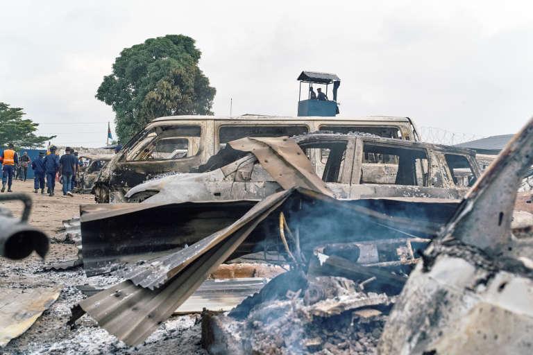 Véhicules calcinés devant la prison de Makala, à Kinshasa, après l'attaque qui a permis à plusieurs milliers de détenus de s'évader dans la nuit du 16 au 17 mai 2017.