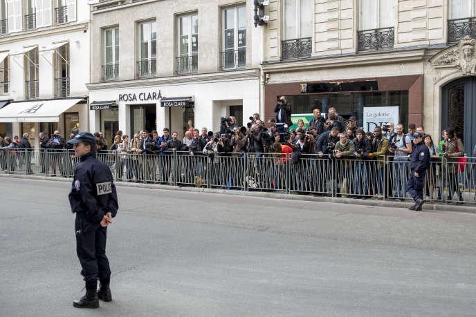 La presse image est tenue à l'écart de la cour du palais de l'Elysée à Paris, lors du conseil des ministres, jeudi 18 mai.