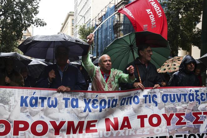 « Lundi 22mai, les ministres des finances de la zone euro ne sont pas parvenus à un accord sur le versement d'une nouvelle tranche d'aide, alors que le gouvernement d'Alexis Tsipras attendait au moins 7milliards d'euros». (Photo: Des retraités défilent contre les mesures d'austérité, à Athènes, jeudi 18 mai).