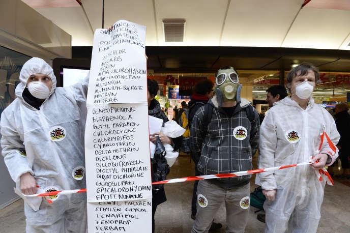 Lors d'une manifestation contre des pesticides accusés d'être des perturbateurs endocriniens, en mars 2014 à Paris.