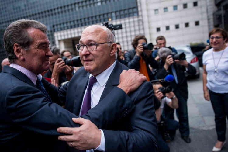 Avant de regagner sa voiture, Michel Sapin est au bord des larmes en embrassant ses désormais anciens collègues de travail.