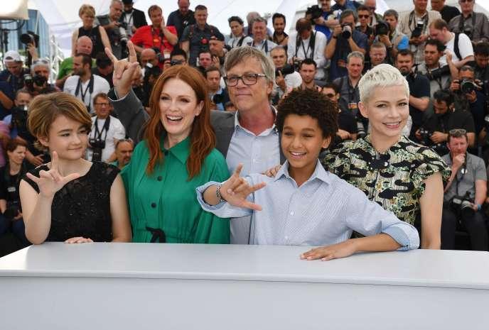 Une partie de l'équipe du film «Wonderstruck», de Todd Haynes, au 70eFestival de Cannes, avec, de gauche à droite, Millicent Simmonds, Julianne Moore, Todd Haynes, Jaden Michael et Michelle Williams, le 18mai 2017.