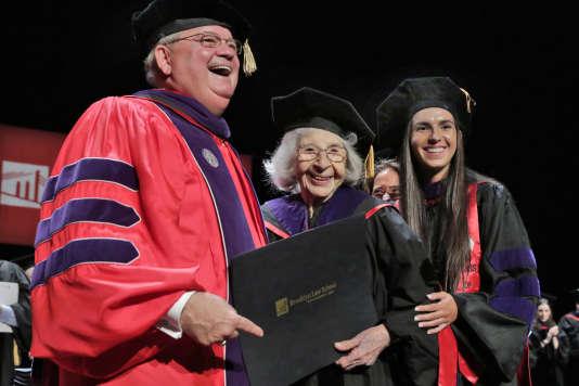Les métiers du droit font partie de ceux qui évoluent sous l'influence du numérique. Ici, l'avocate Elena Teresa Sanfilippo, 103 ans, et son arrière-petite nièce qui se soit remettre son diplôme à la Brooklyn Law School, le 18 mai.