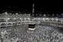 Des pèlerins musulmans tournent autour de la Kaaba, la pierre noire, dans la grande mosquée de La Mecque, en septembre 2016.
