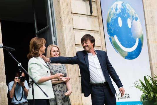 Ségolène Royal, Barbara Pompili et Nicolas Hulot lors de la passation des pouvoirs au ministère de l'écologie, à Paris, le 17 mai.
