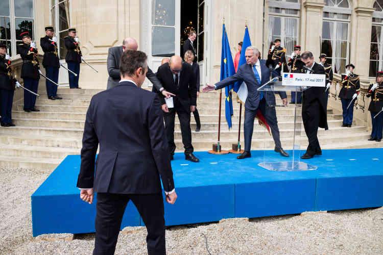 Jean-Marc Ayrault aide son successeur au ministère des affaires étrangères à trouver ses marques avant les déclarations traditionnelles.