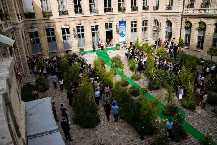 Un tapis vert était déroulé dans la cour de l'hôtel de Roquelaure, siège du ministère de l'écologie, à Paris, pour accueillir Nicolas Hulot.