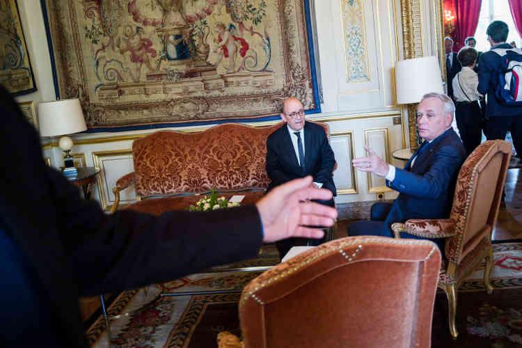 Jean-Marc Ayrault et Jean-Yves Le Drian ont posé quelques minutes pour la presse dans le salon de réception du Quai d'Orsay.