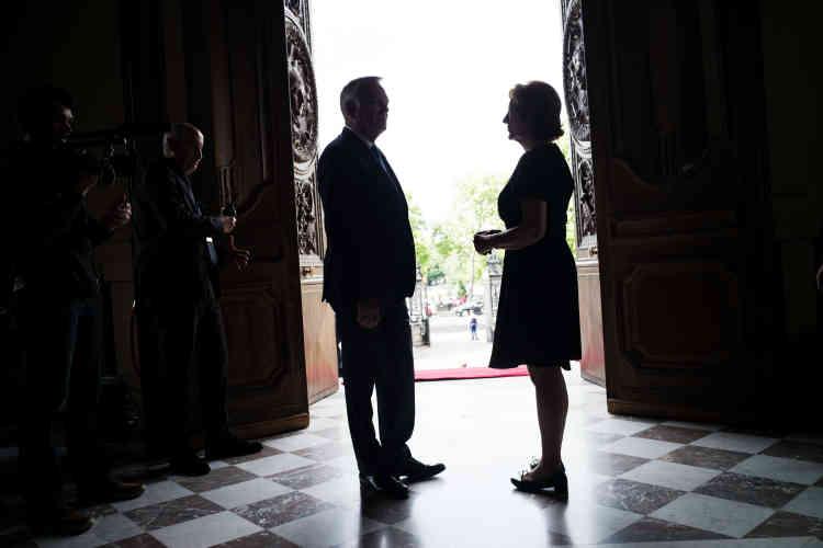 Jean-Marc Ayrault et sa femme Brigitte attendent Jean-Yves Le Drian dans le vestibule d'honneur du ministère des affaires étrangères.