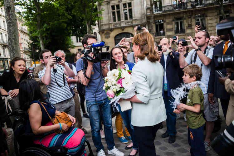 Ségolène Royal s'arrête pour répondre à des journalistes devant le ministère qu'elle vient de quitter.
