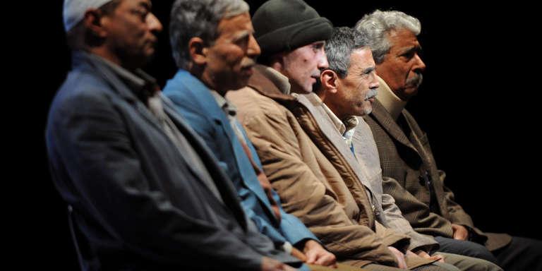 Acteurs de la pièce tirée du livrede Nasser Djemaï, « Invisibles : la tragédie des chibanis», sur la scène du MC2 Théâtre de Grenoble, le 17 novembre 2011.