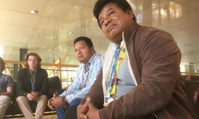 Edwin Vasquez, responsable de la Coordination des organisations autochtones du bassin amazonien (au premier plan), et Candido Mezua, secrétaire général de l'Alliance mésoaméricaine des communautés et des forêts, pendant les négociations sur le climat, en mai, à Bonn.