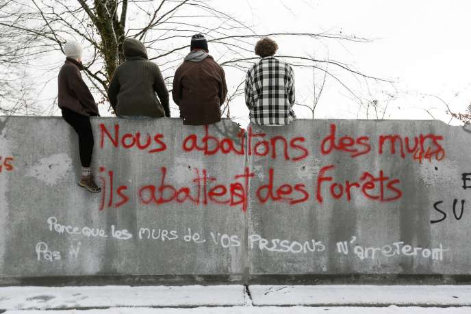 Les antinucléaires lors d'une visite du bois Lejuc près du village de Bure (Meuse), le 4 janvier.