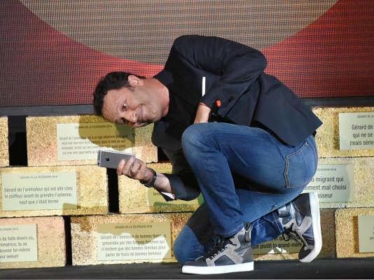 Arthur posant devant son Gérard2016 de «l'animateur qui a un ego tellement gros qu'il veut voir son nom écrit partout», en mai2016 à Paris.