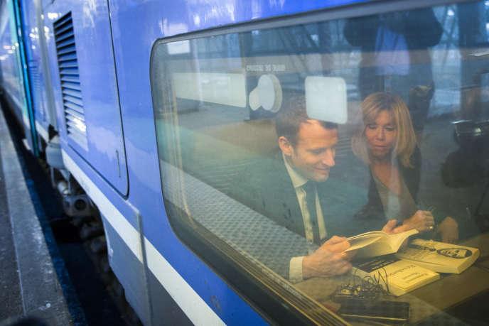 Emmanuel et Brigitte Macron en gare de Bordeaux, le 10 mars.