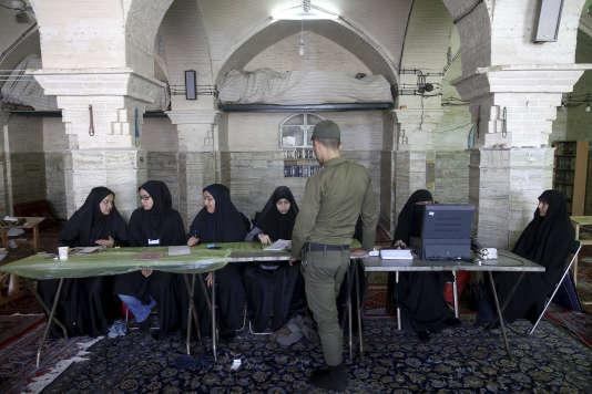 Un soldat vote à Qom, situé au sud de Téhéran, le 19mai 2017.
