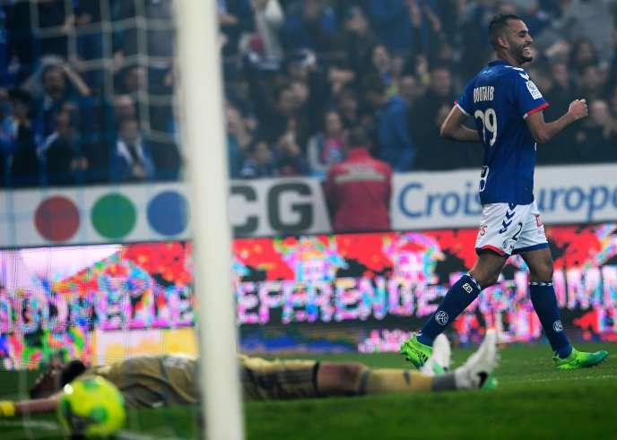 Le joueur de Strasbourg Khalid Boutaib célèbre son but face à Bourg-en-Bresse lors de la dernière journée de Ligue 2, au stade de la Meinau le 19 mai.