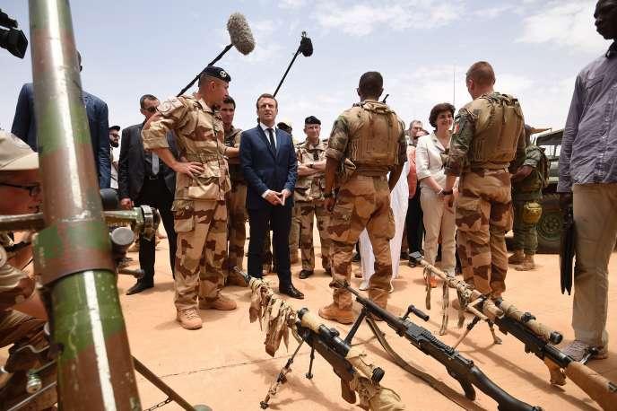 A Gao, le 19 mai 2017. Le nouveau président français (au centre) a insisté sur la volonté de la France de contribuer au développement et à la sécurité du pays.