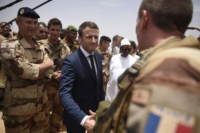 «Les interventions militaires ne sont salutaires que si elles sont inscrites dans un processus politique viable» (Photo: le président Emmanuel Macron rend visite aux soldats del'operation Barkhane, au Mali, le 19 mai).