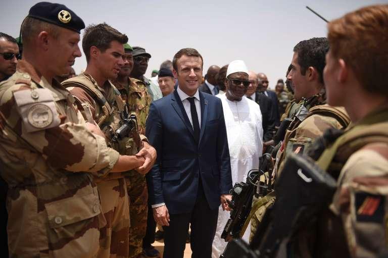 Le président français Emmanuel Macron et le président malien, Ibrahim Boubacar Keita, rencontrent les troupes de Barkhane, à Gao, dans le nord du Mali, le 19 mai.