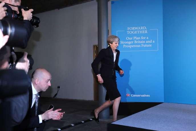 La première ministre britannique, Theresa May jeudi 18 mai à Halifax (nord de l'Angleterre).