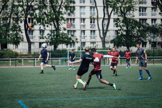 Lors du match de football entre des citoyens et des policiers, au stade de la Plaine, dans le 15e arrondissement de Paris, le 13 mai 2017.